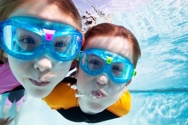 Дети в очках для плавания